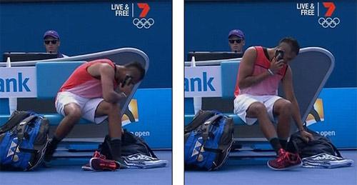 """""""Trai hư"""" tennis ngang nhiên nghe điện thoại lúc thi đấu - 2"""