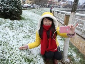 """Du lịch Việt Nam - Sa Pa: Du khách đổ ra đường chơi đùa, """"check in"""" cùng tuyết"""