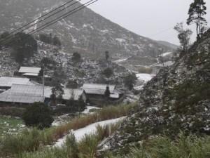 Tin tức trong ngày - Ngoài Sa Pa, thêm nhiều vùng núi chìm trong băng tuyết