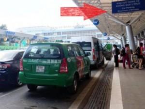 Ô tô sẽ bị cẩu nếu đỗ quá 3 phút ở sân bay Tân Sơn Nhất