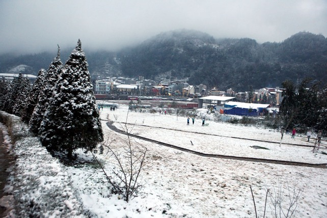 Ảnh: Du khách thích thú nặn người tuyết ở Sa Pa - 1