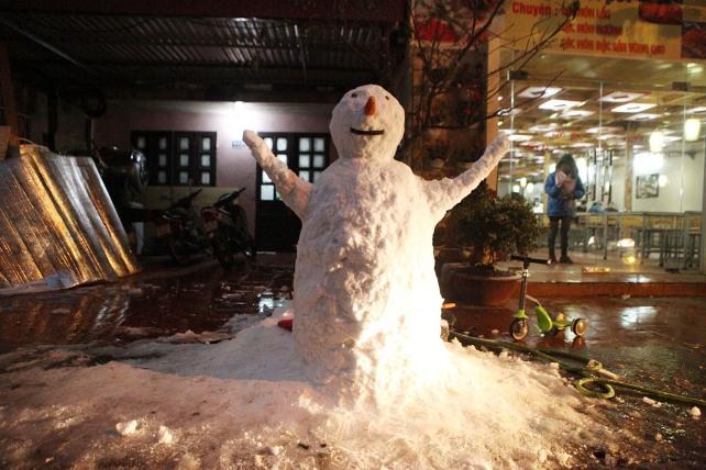 Ảnh: Du khách thích thú nặn người tuyết ở Sa Pa - 10
