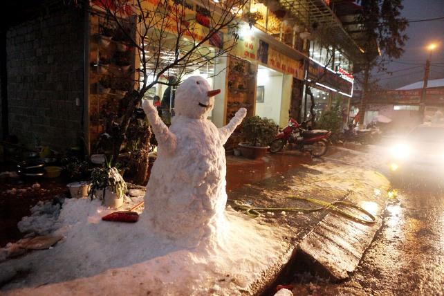 Ảnh: Du khách thích thú nặn người tuyết ở Sa Pa - 14