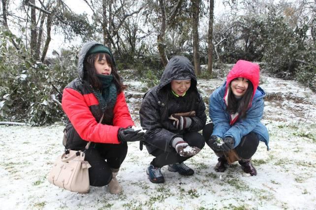Ảnh: Du khách thích thú nặn người tuyết ở Sa Pa - 3
