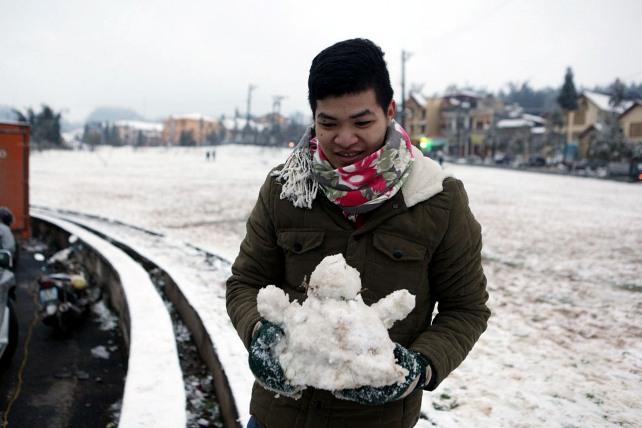 Ảnh: Du khách thích thú nặn người tuyết ở Sa Pa - 5