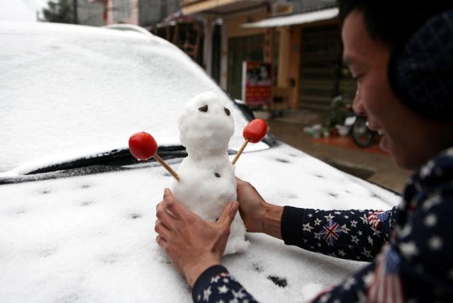 Ảnh: Du khách thích thú nặn người tuyết ở Sa Pa - 6