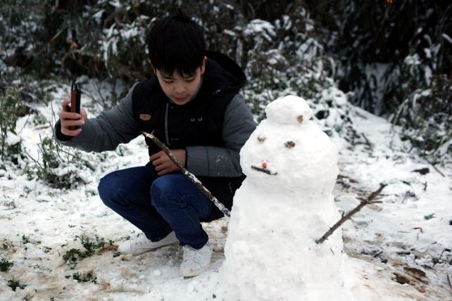 Ảnh: Du khách thích thú nặn người tuyết ở Sa Pa - 7