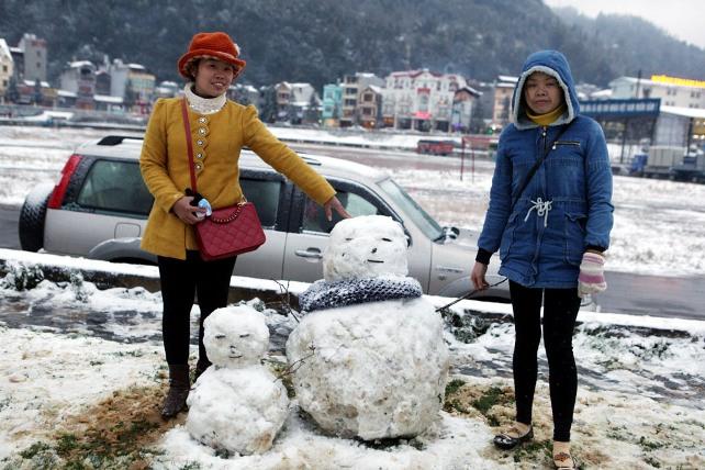 Ảnh: Du khách thích thú nặn người tuyết ở Sa Pa - 8