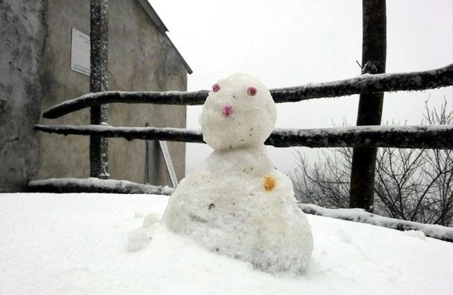 Ảnh: Du khách thích thú nặn người tuyết ở Sa Pa - 9