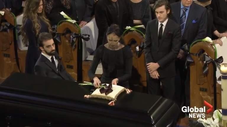 Hai khoảnh khắc rơi lệ trong tang lễ chồng Celine Dion - 2