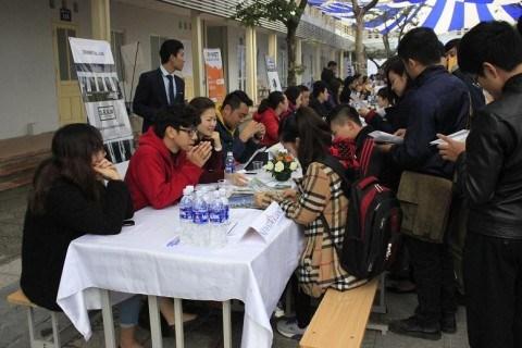 Hàng trăm sinh viên tham gia ngày hội việc làm - 1