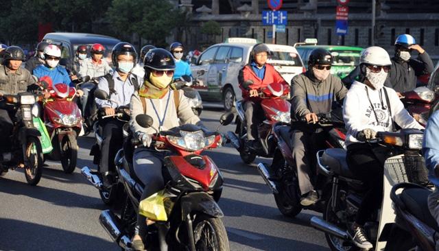 Sài Gòn lạnh bất thường, người dân thu mình trong áo ấm - 2