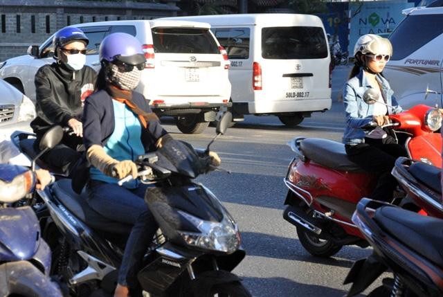 Sài Gòn lạnh bất thường, người dân thu mình trong áo ấm - 5