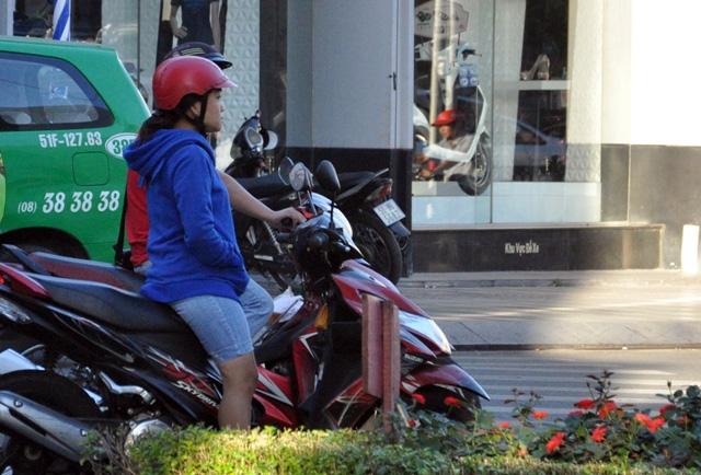 Sài Gòn lạnh bất thường, người dân thu mình trong áo ấm - 9