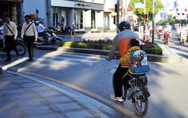 Sài Gòn lạnh bất thường, người dân thu mình trong áo ấm - 10