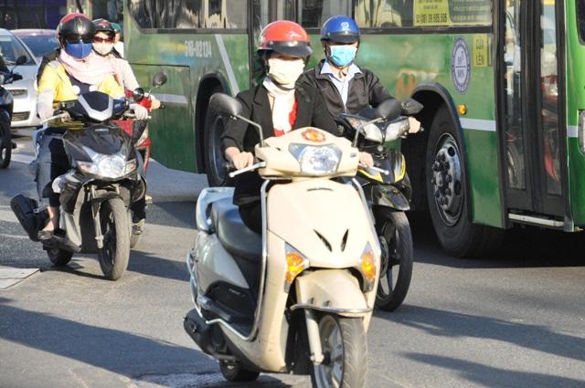 Sài Gòn lạnh bất thường, người dân thu mình trong áo ấm - 1