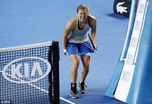 Chấn thương khi sắp thắng, tay vợt nữ khóc như mưa - 1