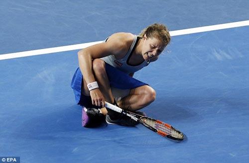 Chấn thương khi sắp thắng, tay vợt nữ khóc như mưa - 2