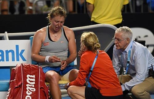 Chấn thương khi sắp thắng, tay vợt nữ khóc như mưa - 3
