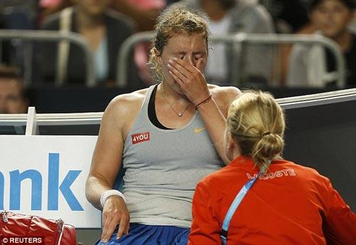 Chấn thương khi sắp thắng, tay vợt nữ khóc như mưa - 4