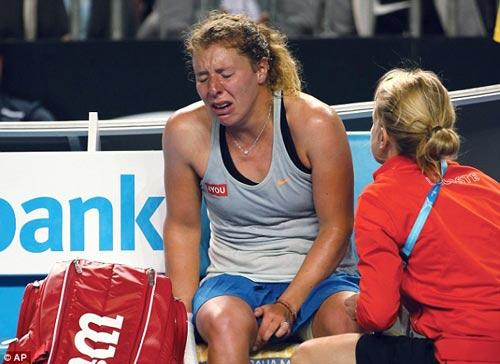 Chấn thương khi sắp thắng, tay vợt nữ khóc như mưa - 5