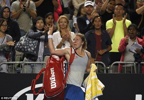 Chấn thương khi sắp thắng, tay vợt nữ khóc như mưa - 7