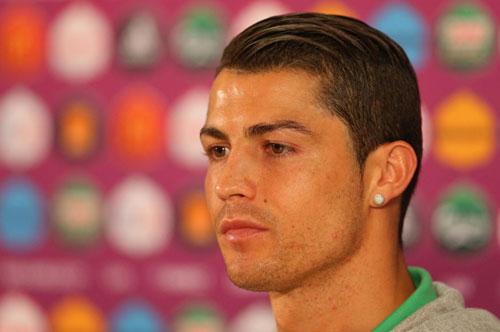 Mê mệt với những kiểu tóc điệu đà của Ronaldo - 7