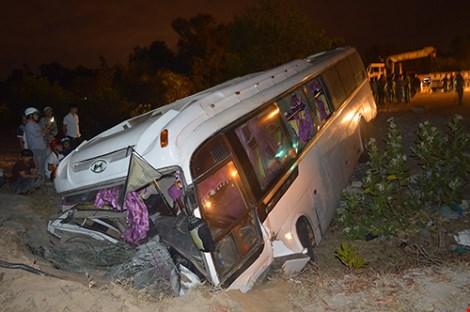 36 nhân viên Hồ Tràm Casino bị nạn trên chiếc xe lật nhào - 1