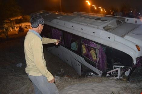 36 nhân viên Hồ Tràm Casino bị nạn trên chiếc xe lật nhào - 2