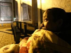 Tin tức trong ngày - Hà Nội: Người vô gia cư co ro trong đêm rét kỷ lục