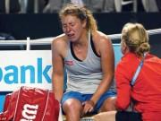 Thể thao - Chấn thương khi sắp thắng, tay vợt nữ khóc như mưa