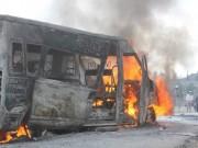 """Tin tức trong ngày - Ô tô 16 chỗ cháy trơ khung trên """"núi tuyết"""" Hà Giang"""
