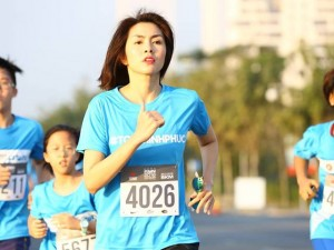 Gái một con Hà Tăng chạy việt dã 21 km