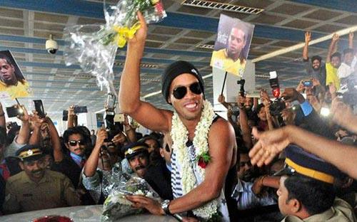 Thăm Ấn Độ, Ronaldinho suýt bị cột điện đè trúng - 1