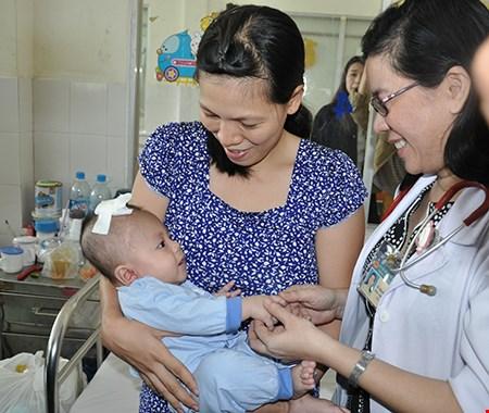 Em bé bị dao đâm vào đầu xuất viện sau lần mổ thứ ba - 1