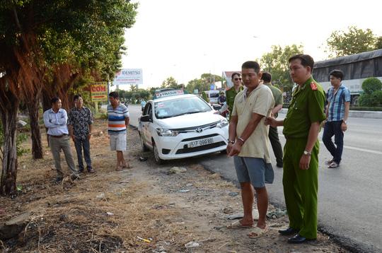 Khen thưởng tài xế taxi chở kẻ đâm người đến trụ sở CA - 2