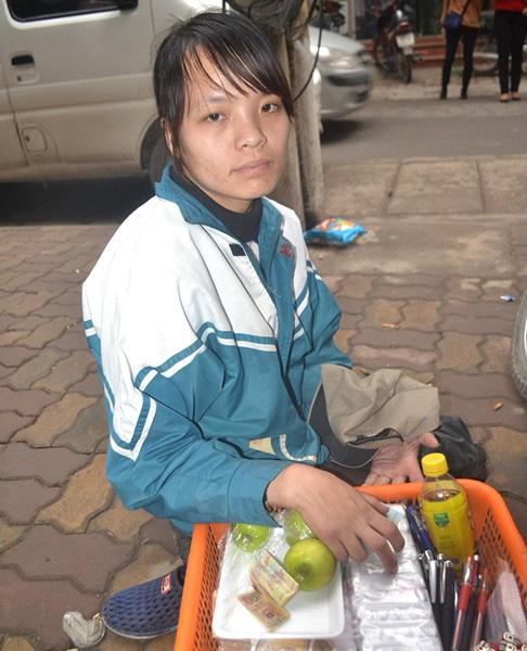 Một ngày của cô gái bại liệt bị lợi dụng đi xin tiền - 1