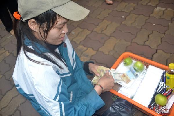 Một ngày của cô gái bại liệt bị lợi dụng đi xin tiền - 3
