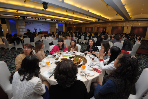 Hàng trăm phụ nữ muốn làm đẹp theo nhân trắc học - 1