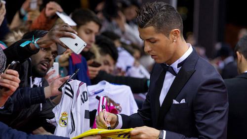 Ronaldo sẽ rời Real với giá khủng, chọn MU hoặc PSG - 1