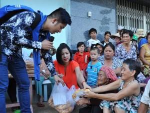 Việt Trinh về quê Quách Tuấn Du tặng quà Tết