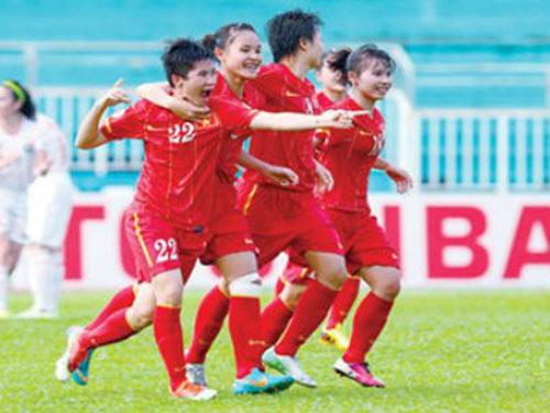 Khi bóng đá nữ Việt Nam ra biển lớn - 1