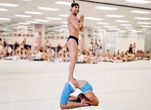 Bậc thầy yoga nộp phạt 22 tỷ đồng vì cưỡng bức học viên - 1