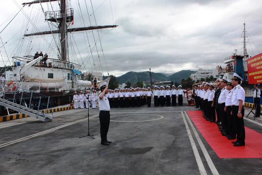 Tàu buồm đầu tiên của Hải quân VN vượt bão về nước - 1