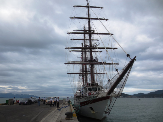 Tàu buồm đầu tiên của Hải quân VN vượt bão về nước - 2