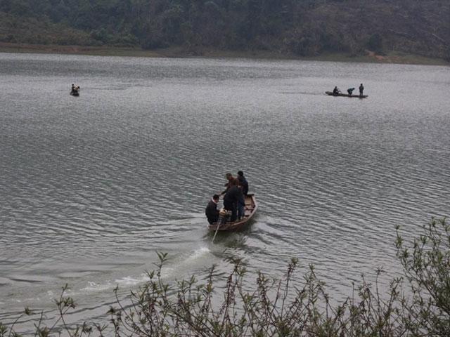 Lật thuyền, con bất lực nhìn mẹ chìm xuống hồ lạnh buốt - 1