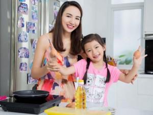 Đời sống Showbiz - Gái yêu 5 tuổi nhà hoa hậu Ngọc Diễm trổ tài nấu nướng