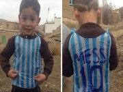 Bóng đá - Loạn danh tính cậu bé mặc áo Messi bằng nilon gây sốt