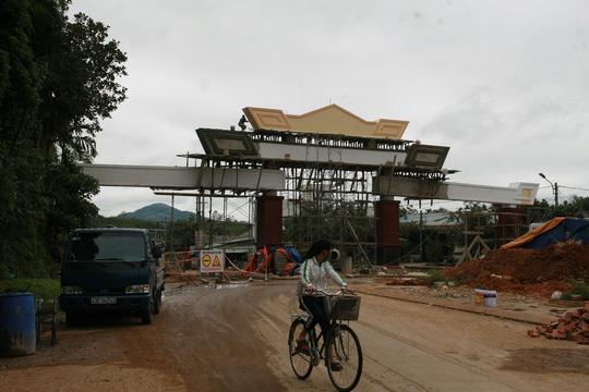 Choáng ngợp trước cổng chào tiền tỷ của huyện nghèo - 1