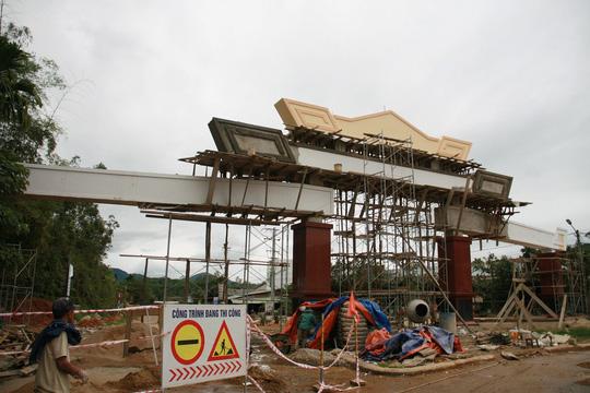 Choáng ngợp trước cổng chào tiền tỷ của huyện nghèo - 12